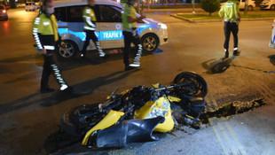 Feci kazada motosiklet ikiye bölündü!