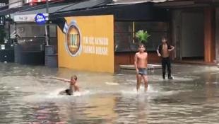 İzmir'de cadde ve sokaklar göle döndü