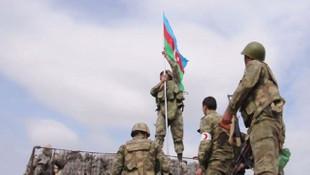 Tarihi köprüye Azerbaycan bayrağı dikildi