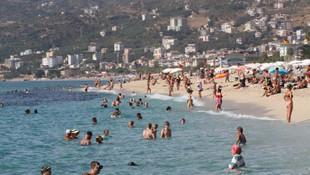 Antalya'da bitmeyen yaz! Sahiller tıklım tıklım...