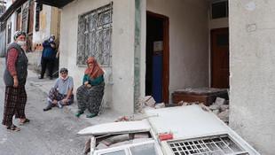 İzmir'de feci kaza! Belediye otobüsü evi yıktı
