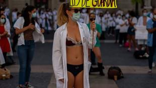 İspanya'da sağlık çalışanları protesto için soyundu