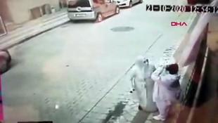 Şehit Esma Çevik'in babaevine asılan bayrağı yere atan kadın kamerada