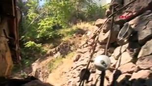 İzmir'de faciadan dönüldü! Yamaçtan kopan kaya parçaları çatıyı delip eve girdi