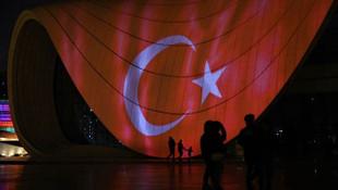 Bakü'de büyüleyen görüntü! Türk bayrağı yansıtıldı