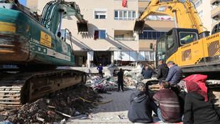 Depremde ilk 3 katı çöküp yan yatan binayı iş makineleri tutuyor