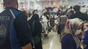 Alışveriş yaparken sosyal mesafeyi hiçe saydılar!