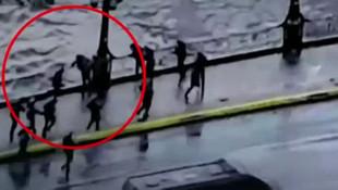 Dünya bu görüntüleri konuşuyor! Polis göstericiyi köprüden attı