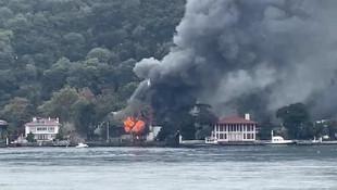 İstanbul Boğazı kıyısındaki tarihi Vaniköy Camii'nde yangın