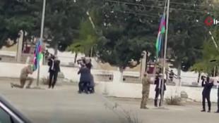 Aliyev bayrağı öpüp göndere çekti