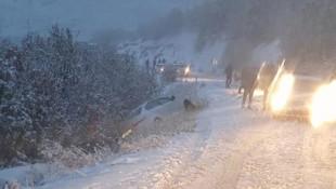 Bir anda bastıran kar yağışı nedeniyle araçlar yolda mahsur kaldı