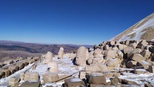 Nemrut'a mevsimin ilk karı düştü
