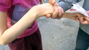 Engelli kızının ellerini iple bağlamış!