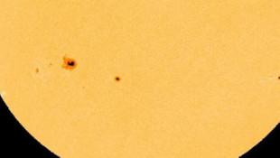 NASA, Güneş yüzeyinde Dünya'dan büyük lekeler görüntülendi!