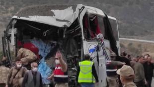 TIR ile yolcu otobüsü çarpıştı: Ölü ve yaralılar var