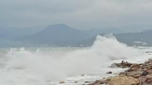Ordu'da denizde oluşan dalgalar vatandaşları tedirgin etti