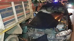Otomobil, yolcu indiren kamyonete çarptı: 3 yaralı