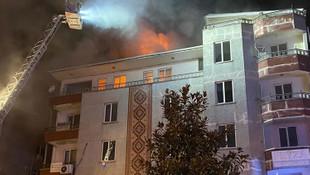 İstanbul'da 5 katlı binanın çatısı alevlere teslim oldu