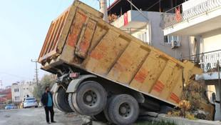 Freni boşalan kamyon eve girdi!
