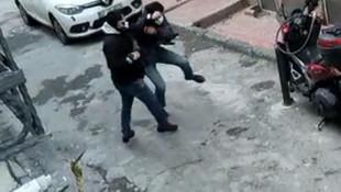 Beyoğlu'nda bıçaklı saldırı saniye saniye kamerada!