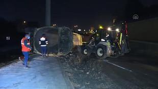 İstanbul'da hafriyat kamyonu devrildi