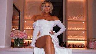 Khloe Kardashian beyaz elbisesiyle nefes kesti