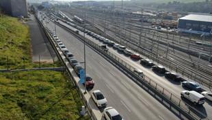 Burası İstanbul Marmaray açık otoparkı değil; ana cadde!