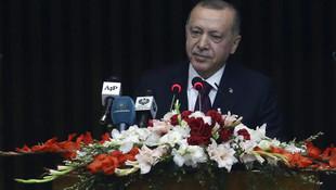 Erdoğan konuşurken masalara vurdular