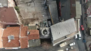 16 asırlık tarihi yapı 2 binanın arasında kaldı