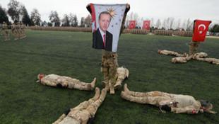 TSK'daki mezuniyet töreninde Erdoğan posteri açıldı