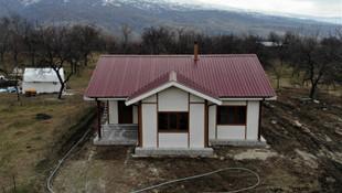 Deprem bölgesine ilk örnek ev kuruldu