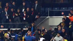 Ali Koç, Fenerbahçeli taraftarların arasına böyle atladı