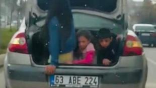 Trafikte şoke eden görüntü! Çocuklara bagajda balık istifi!