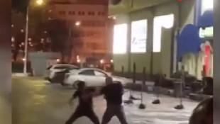 İnanılmaz görüntü! Polis kavgayı boks maçı gibi oturup izledi!