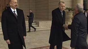 Azeri yetkilinin tokalaşması Erdoğan'ı şaşırttı