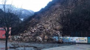 Okulda korku dolu anlar! Dağdan kopan kayalar okula yağdı!
