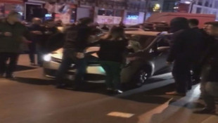 İstanbul'da dehşet anları! Otomobili bebekli kadının üzerine sürdü
