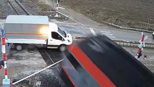 Hemzemin geçitte korkunç kaza ! Tren, kamyoneti böyle biçti!