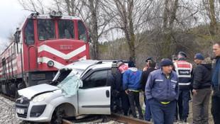 Yük treni, hafif ticari araca çarptı: Ölü ve yaralılar var