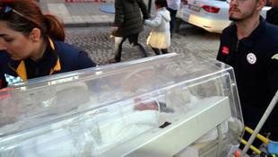 Çöpe atılmış bebek kuvöze alındı