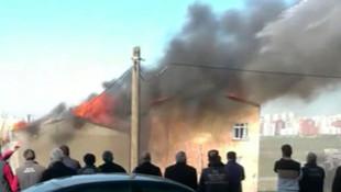 Avcılar'da korkutan alevler; 2 binanın çatısı alev alev yandı