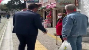 ''Evinize gidin'' diyen belediye başkanı nineden bastonu yedi !