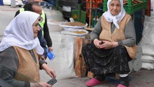 90 yaşındaki yaşlı kadını gören polis bunu yaptı