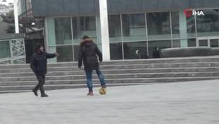 Uyarılar işe yaramıyor: Taksim meydanında top oynadılar