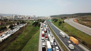 İstanbul giriş ve çıkışlarında kilometrelerce koronavirüs kuyruğu