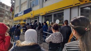 PTT şubesi önünde metrelerce kuyruk