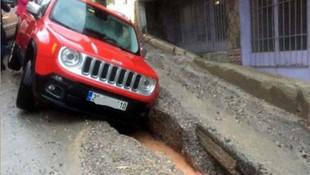 İzmir'de yağmurda asfalt çöktü ! Araçlar çukura düştü