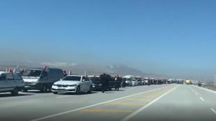 Davutoğlu'ndan yüzlerce araçlık konvoyla gövde gösterisi