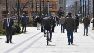 Bu ilçelerde 3'ten fazla kişinin yan yana yürümesi yasaklandı