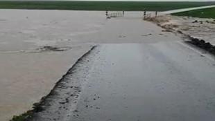 Sağanak yağış nedeniyle yol su altında kaldı